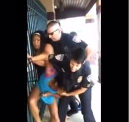 Policías intentando reducir a una niña estadounidense