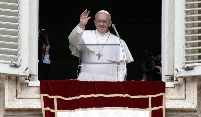 Francisco I en el balcón de su apartamento en el Vaticano