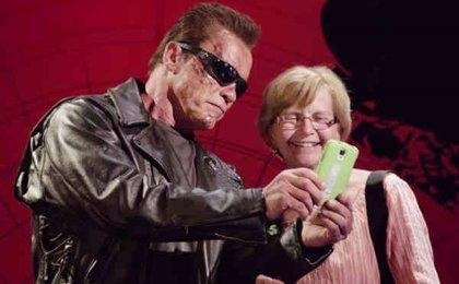Schwarzenegger disfrazado de Terminator gasta bromas por una buena causa
