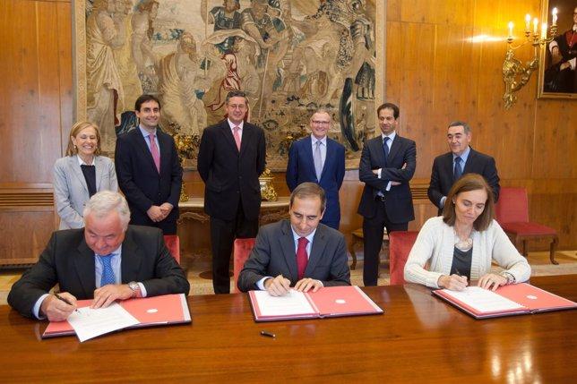 Firma del convenio entre la Universidad de Navarra y Caja Rural