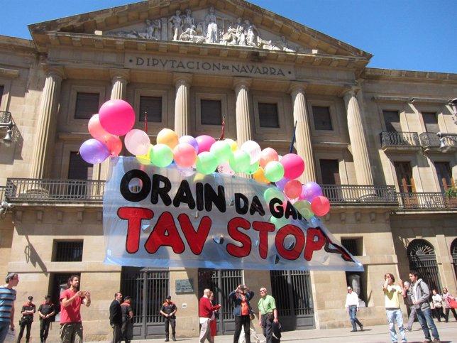 Concentración ante el Palacio de Navarra contra el TAV