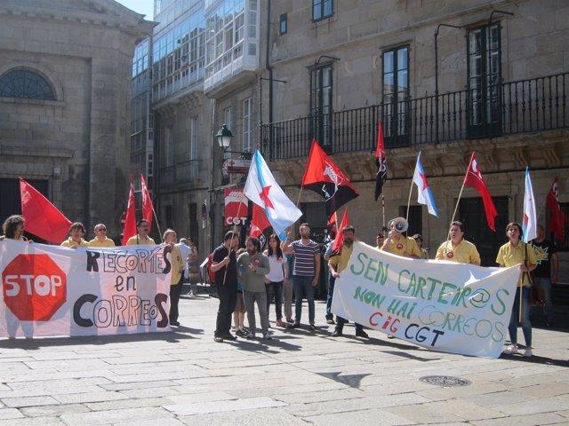 Trabajadores de Correos protestando por las calles de Compostela