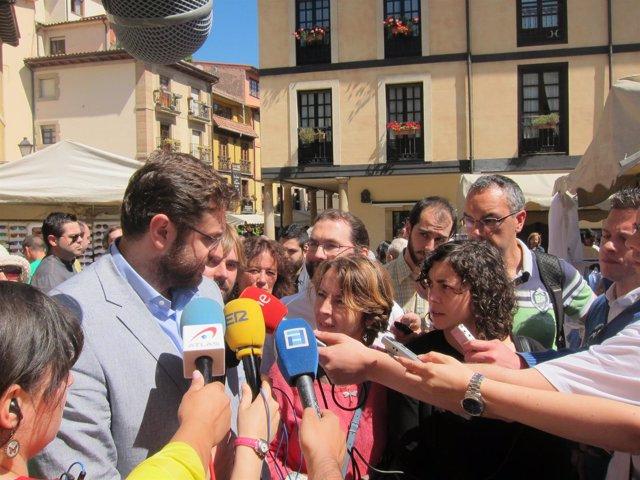 Zachariadis, a la izquierda, realiza declaraciones a su intérprete.