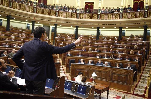 Pedro Sánchez preguntando a Mariano Rajoy en el hemiciclo