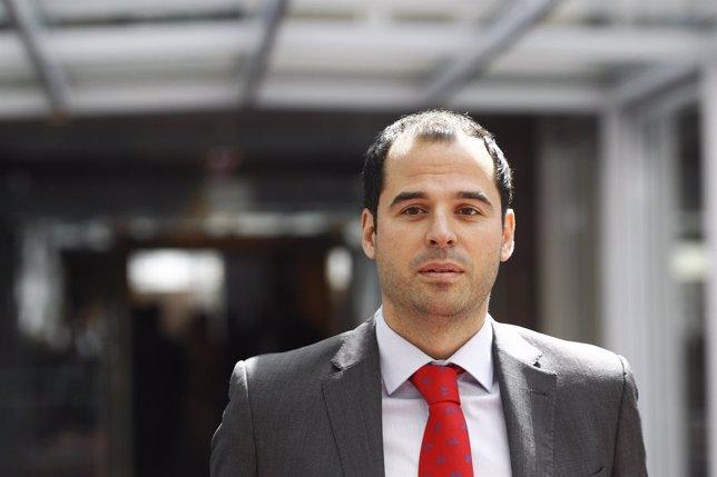 Ignacio Aguado llega al debate de investidura de Cristina Cifuentes