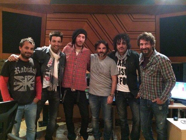 Varios de los artistas en el estudio de grabación
