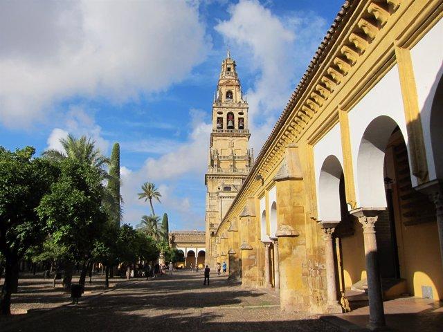 Vista del Patio de los Naranjos y de la torre de la Mezquita-Catedral de Córdoba