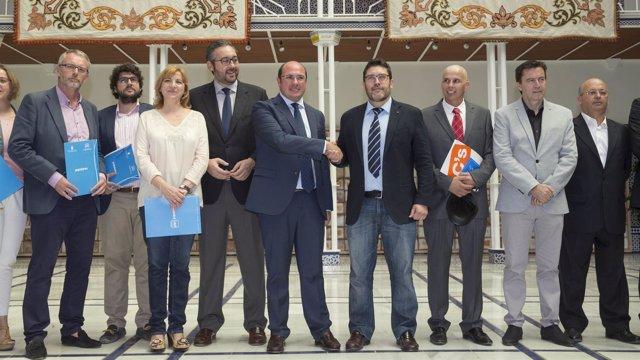 Imagen del acuerdo por la gobernabilidad entre PP y Ciudadanos