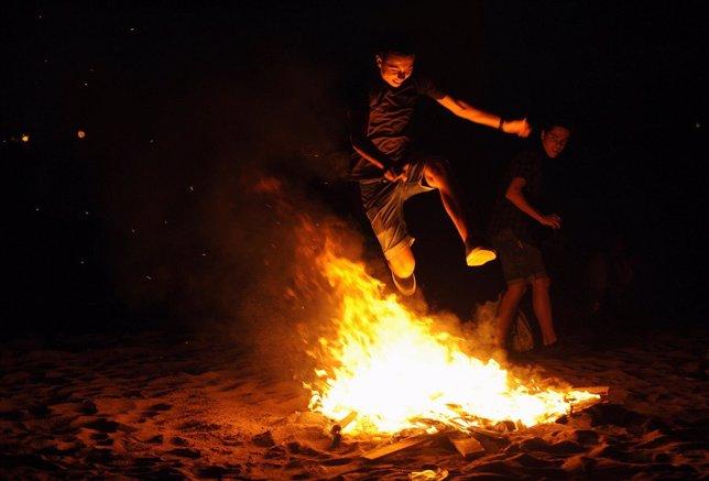 Un joven salta una hoguera de San Juan