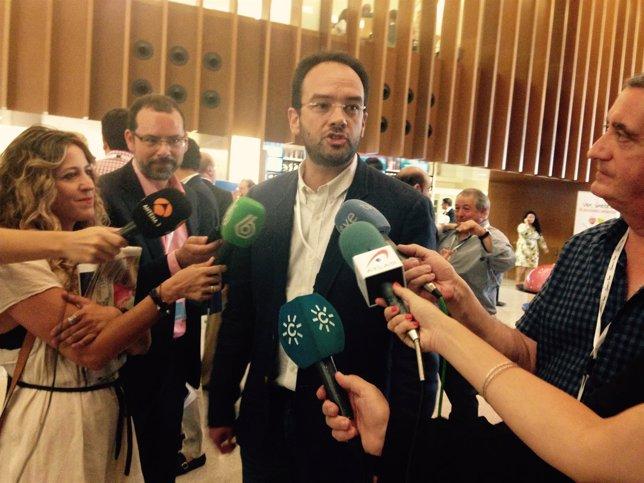 Antonio Hernando atiende a los periodistas en Granada