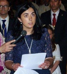La alcaldesa de Mondoñedo, Elena Candia, realiza la ofrenda