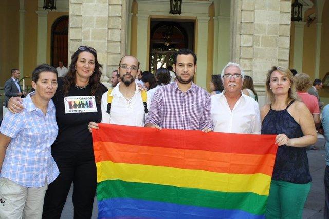 Daniel González Rojas y Eva Oliva, junto al colectivo LGTB