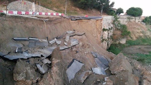 Derrumbe del muro de contención y la carretera