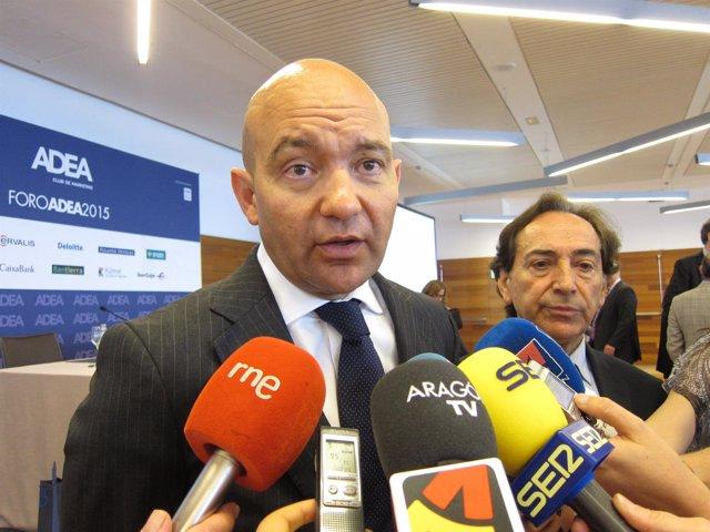 Jaime García-Legaz atendiendo a los medios tras el Foro ADEA en Zaragoza