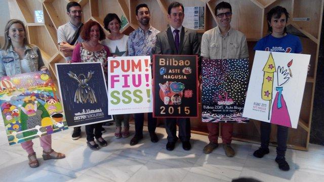 El jurado designado por la Comisión de fiestas de Bilbao  posa con los carteles