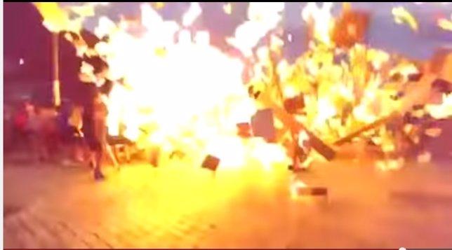 Fuego, explosión en hoguera en San Juán, en Pasaia