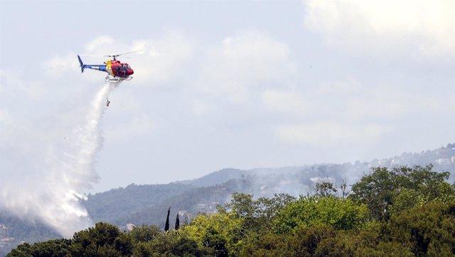 Los Bomberos trabajan en la extinción del incendio en Blanes
