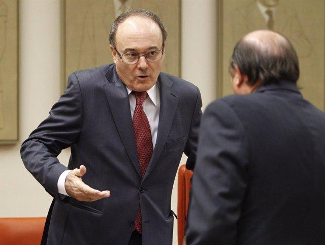 Luis María Linde, hablando con Vicente Martínez Pujalte