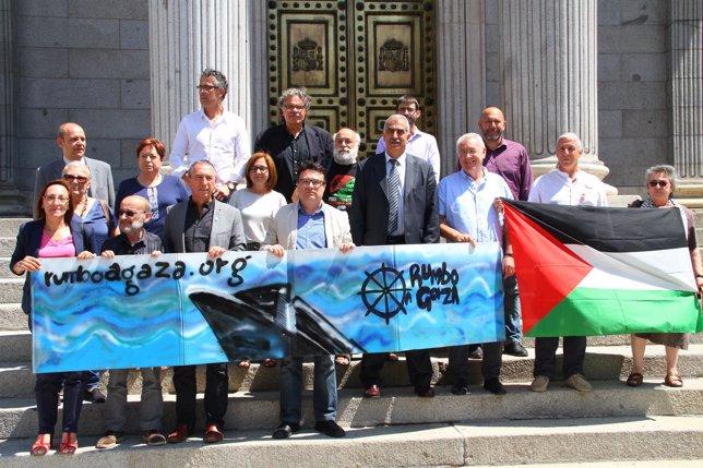 Diputados concentrados ante el Congreso en apoyo a la flotilla que viaja a Gaza