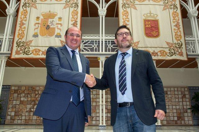 Imagen de la firma del acuerdo de gobernabilidad entre PP y Ciudadanos