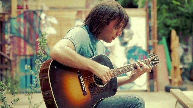 Miguel Rivera tocando la guitarra