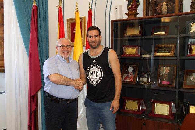 Carlos Cabezas firma su renovación con el UCAM Murcia