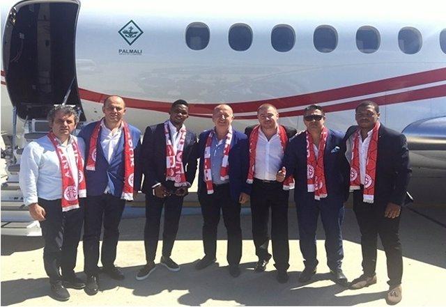 Eto'o, en su llegada a Turquía para jugar en el Antalyaspor