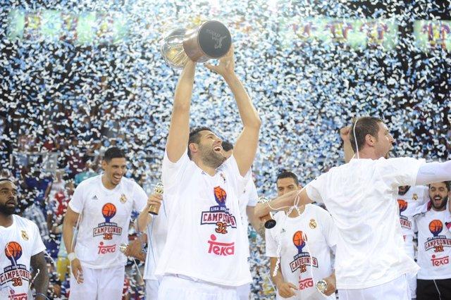 Felipe Reyes levante el título de Liga