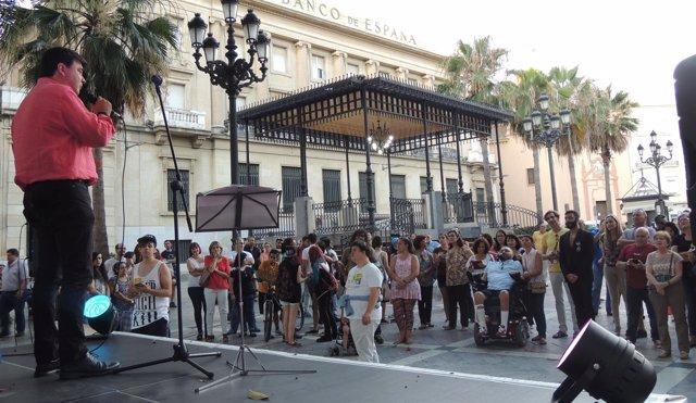 El alcalde de Huelva en la marcha del Orgullo LGTB