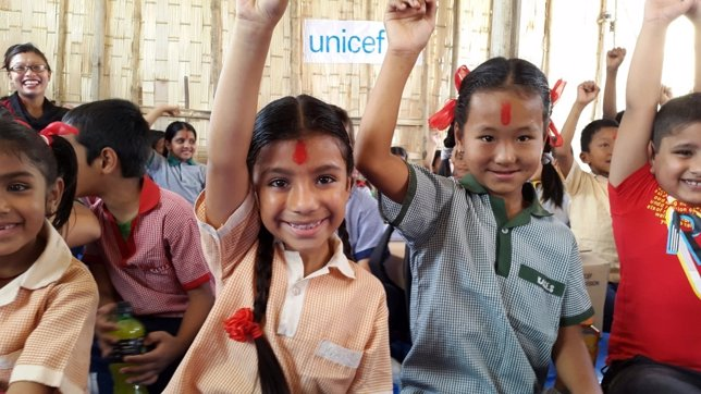Niños vuelven a clase en Nepal tras el terremoto