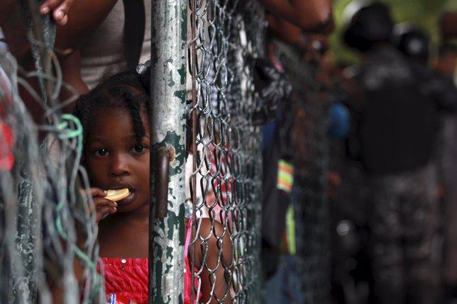 Niña ante Ministerio del Interior en proceso de regularización de inmigrantes