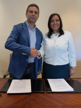 Ana María Carrillo (dcha.) y Francisco Ángel Sánchez se dan la mano tras firmar