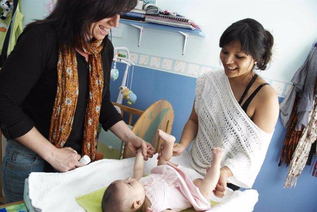 Madre con su bebé, demografía, natalidad