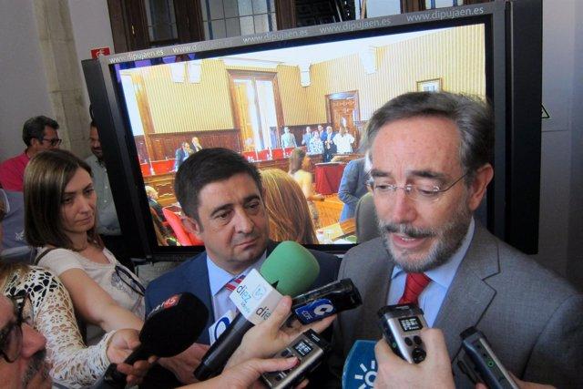 Felipe López atiende a los periodistas.