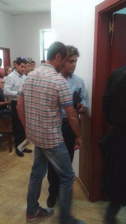 El acusado se cruza con el padre de la víctima entrando al juicio