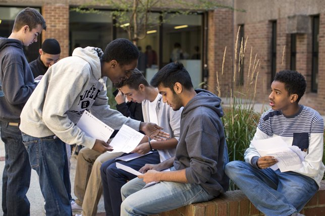 Estudiantes antes de un examen, libros, estudio, jovenes