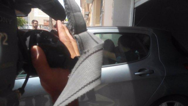 Castellano en el coche policial a la salida de su vivienda