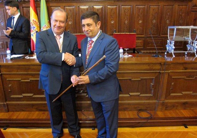 Francisco Reyes (d) recoge el bastón de mando de la Diputación tras su elección.