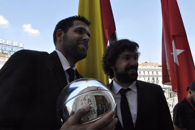 Felipe Reyes y Sergio Llull celebran la Liga