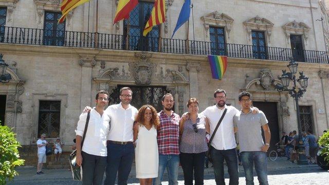 La bandera gay ondea en el Ayuntamiento de Palma