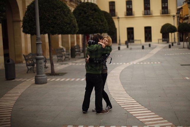 Un hombre abraza a una mujer