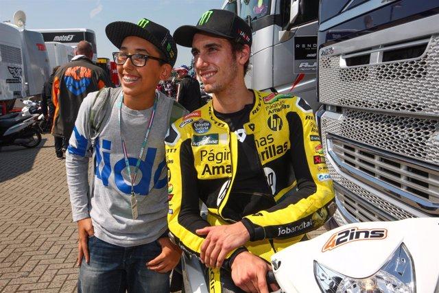 Alex Rins, con un fan en el circuito de Assen