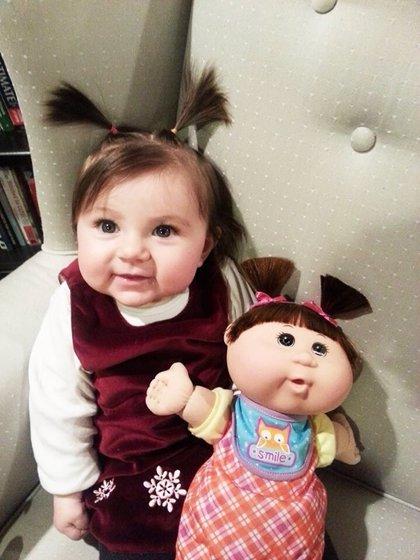 10 bebés que se parecen mucho a sus muñecos