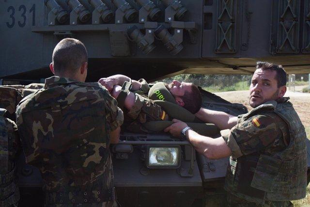 Unos militares usan el Snaid con un compañero en un simulacro de accidente