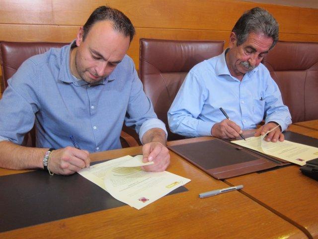 José Ramón Blanco y Miguel Ángel Revilla firman acuerdo Podemos-PRC