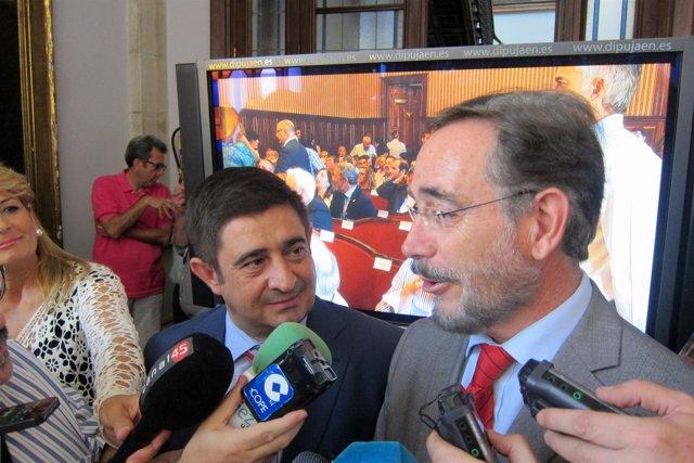 Felipe López (d), atiende a los periodistas acompañado por Francisco Reyes.