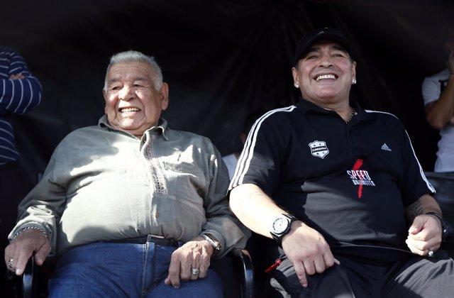 Diego Armando Maradona junto a su padre