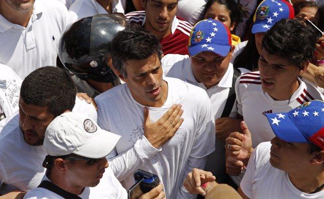 El líder de Voluntad Popular, Leopoldo López, antes de entregarse a la Policía.