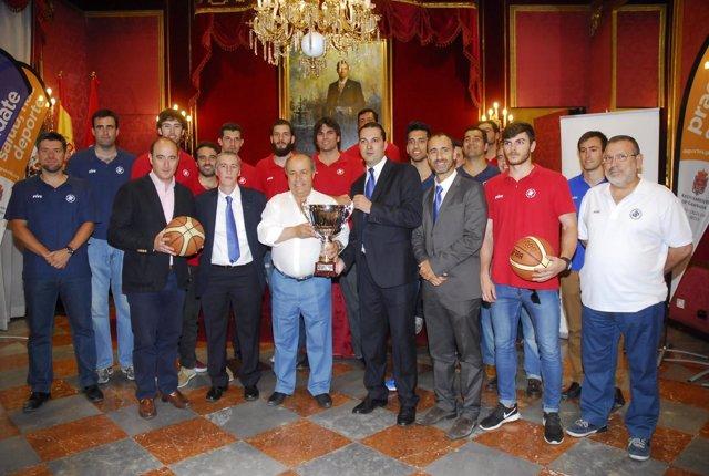 El alcalde recibe a la Fundación CB Granada