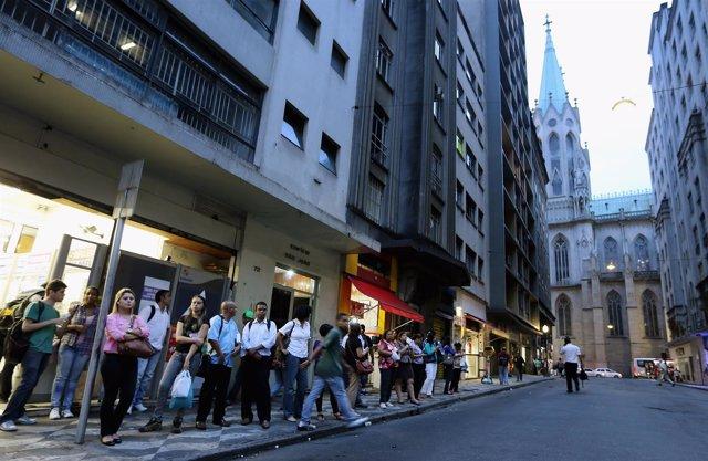 Gente espera autobús en Sao Paulo
